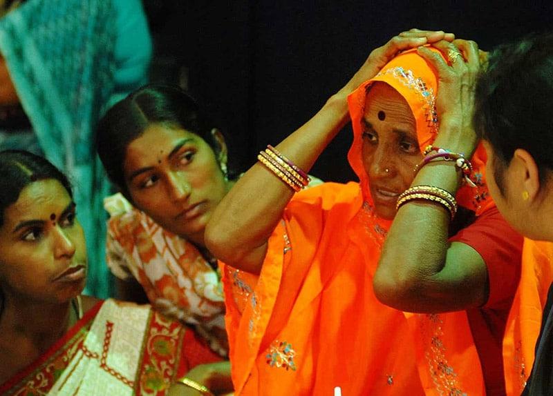 Bhawari Devi (thứ hai từ phải sang) là người tạo ra bước ngoặt trong đấu tranh bình đẳng giới ở Ấn Độ. Ảnh Times of India.