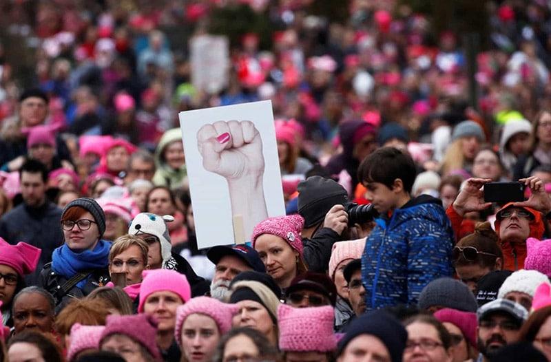 Phong trào #MeToo đã dẫn đến một cuộc tuần hành tháng 3, diễn ra vào năm 2018. Chiếc mũ hồng len có hai cái tai mèo – tiếng anh là pussy, một từ tượng trưng cho tất cả những định kiến mà người ta nói về phái nữ, do một sinh viên Kiến trúc nghĩ ra, tạo ra một hiệu ứng thị giác đặc biệt.